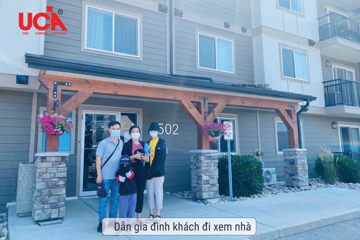 gia đình khách hàng đi xem nhà tại Canada