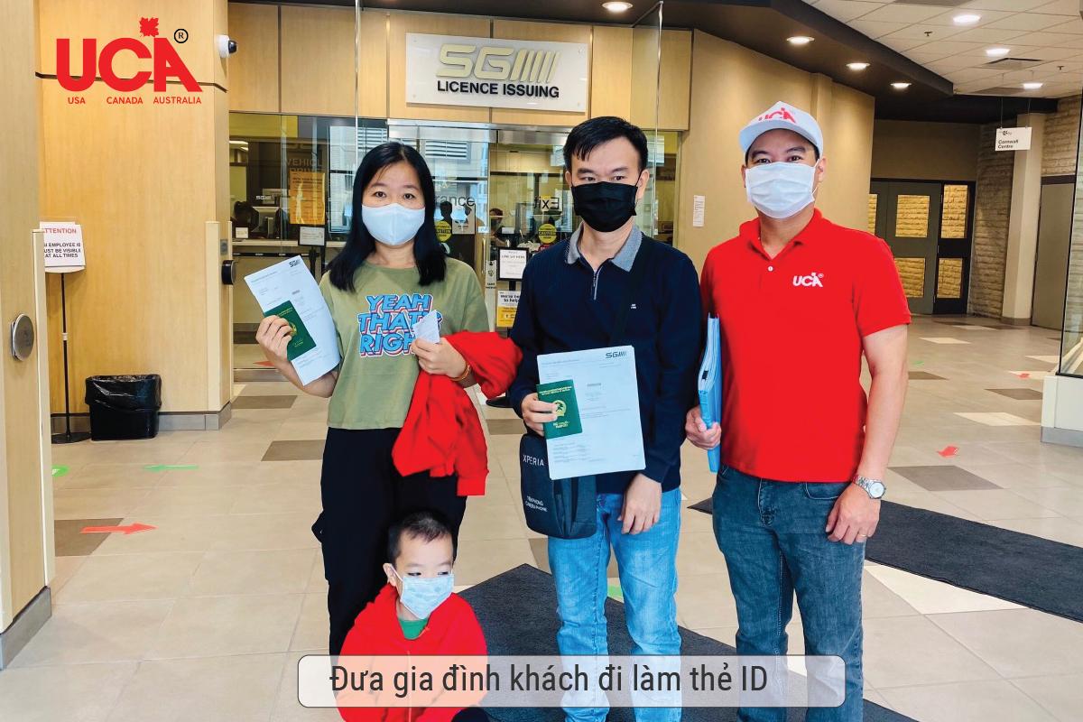 Cả gia đình khách hàng đi làm thẻ ID